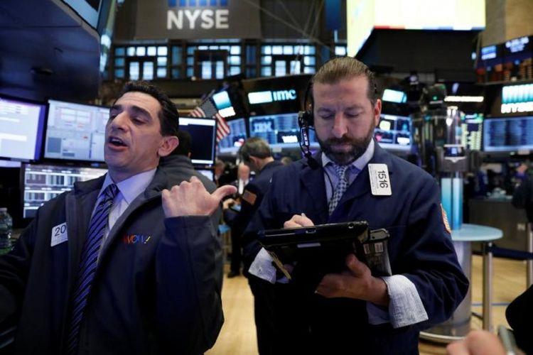 Pialang tengah melakukan transaksi di Bursa New York, Kamis (25/5/2017).