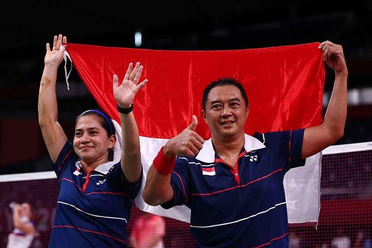 Atlet para-badminton Hary Susanto bersama Leani Ratri Oktila merayakan kemenangan usai melawan atlet para-badminton Perancis Lucas Mazur dan Faustine Noel pada final ganda campuran SL3-SU5 Paralimpiade Tokyo 2020 di Yoyogi National Stadium, Tokyo, Jepang, Minggu (5/9/2021). Ganda campuran Indonesia tersebut meraih medali emas setelah memenangi pertandingan 23-21 dan 21-17.