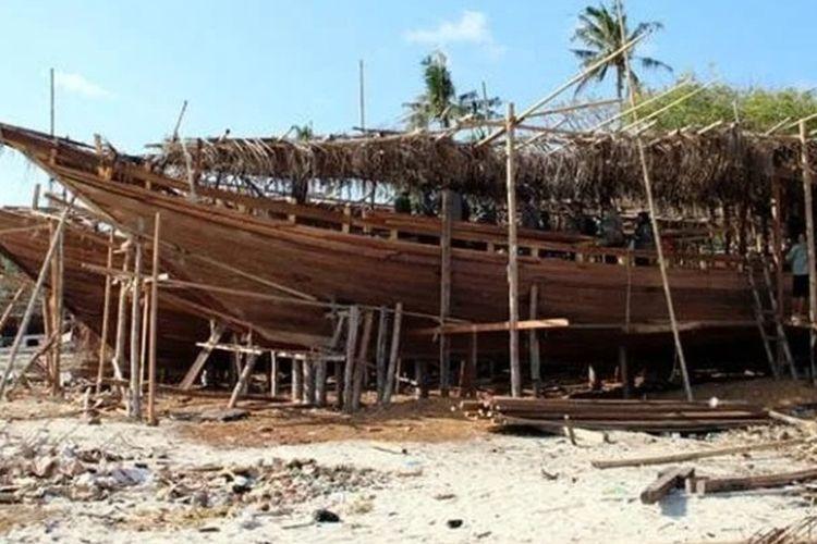 Ilustrasi suasana pembuatan kapal pinisi di Kelurahan Tana Beru, Kecamatan Bontobahari, Kabupaten Bulukumba, Provinsi Sulawesi Selatan.