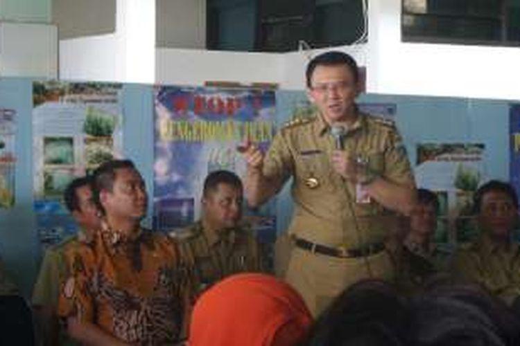 Gubernur DKI Jakarta Basuki Tjahaja Purnama bersama dengan Anggota DPR RI Fayakhun berdialog dengan warga di Pulau Pramuka, Selasa (27/9/2016).