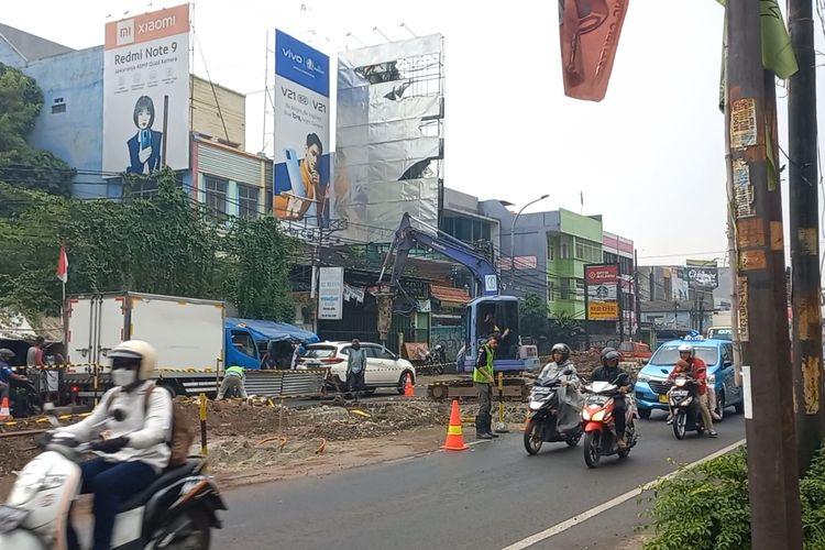 Proses perbaikan drainase di Jalan Dewi Sartika, Ciputat, Tangerang Selatan, Selasa (31/8/2021)