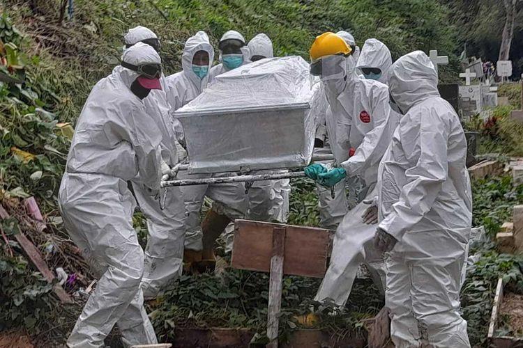 Tim relawan Covid-19 memakamkan seorang pasien positif yang meninggal dunia di tempat pemakaman umum (TPU) di Desa Hunuth, Kota Ambon, Rabu sore (7/7/2021)