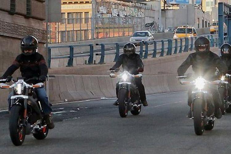 Rombongan Harley-Davidson LiveWire melewati batas senja.