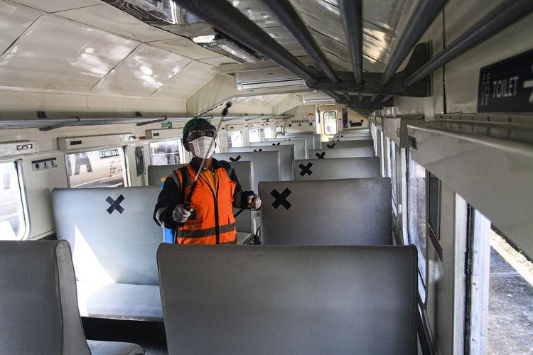 Petugas KAI di stasiun Kertapati Palembang, Sumatera Selatan menyemprot seluruh gerbong kereta penumpang dengan menggunakan cairan desinfektan menjelang dioperasikan, Selasa (27/10/2020). Sebelumnya, KAI Divre III Palembang menghentikan seluruh angkutan kereta penumpang sejak enam bulan lalu untuk menekan angka penularan Covid-19.