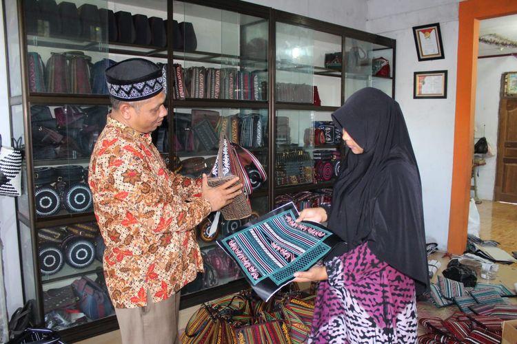 Pengrajin tas Aceh di Desa Ule Madon, Kecamatan Muara Batu, Kabupaten Aceh Utara