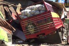 Sopir Ngantuk, Truk Pengangkut Jagung Tabrak 6 Rumah Warga
