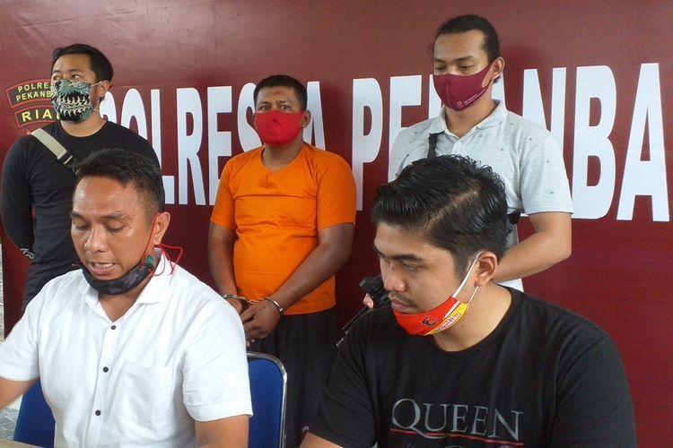 Kasat Reskrim Polresta Pekanbaru Kompol Awaluddin Syam (kiri) menggelar ekspos penangkapan seorang pelaku perampasan handphone anak-anak dengan modus mengaku anggota polisi, Kamis (16/7/2020).