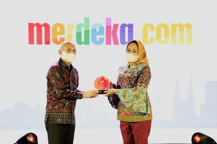 Bupati Tulang Bawang Winarti saat menerima penghargaan dari Merdeka Award 2021 dalam kategori daerah dengan program inspiratif bagi UMKM di masa pandemi Covid-19 pada akhir Maret 2021.