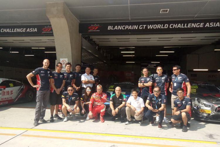 Rio Haryanto dan David Tjiptobiantoro bersama para petinggi dan kru tim T2 Motorsports usai race 2 ajang Blancpain GT World Challenge Asia 2019 ronde VI di Sirkuit Shanghai, China, Sabtu (28/9/2019).