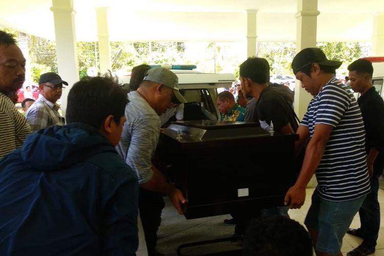 enazah Caharuddin saat akan dinaikan di mobil jenazah usai dikafani di Kamar Jenazah RSUD Mimika, Minggu (29/9/2019)(KOMPAS.com/IRSUL PANCA ADITRA)
