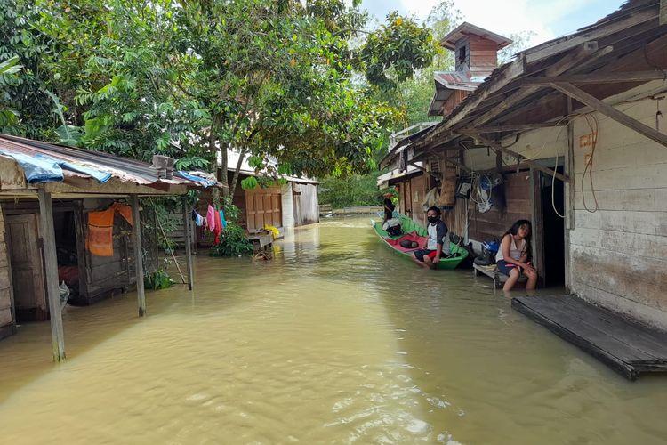 Seorang di Desa Lamin Telihan, Kecamatan Kenohan, Kutai Kertanegara saat terendam banjir, Senin (2/11/2020).