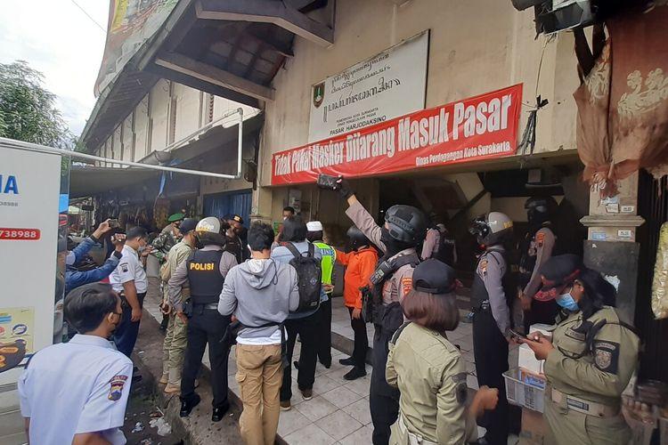 Tim gabungan melakukan sidak dalam patroli penegakan disiplin protokol kesehatan di Pasar Harjodaksino Solo pada pelaksanaan Jateng di Rumah Saja, Sabtu (6/2/2021).