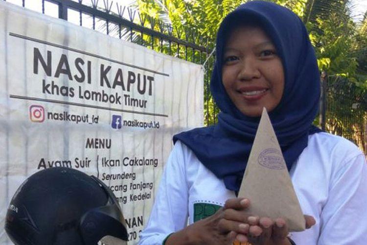 TRIBUNJOGJA.COM / Ahmad Syarifudin Santi, sedang menjual nasi kaput (khas Lombok Timur) di Jalan DI Panjaitan, Mantrijeron, Yogyakarta, Sabtu (30/6/2018).