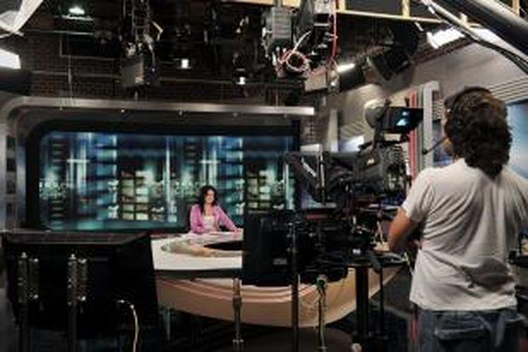 Seorang penyiar dan teknisi stasiun televisi Yunani ERT tengah bersiap untuk menjalankan tugasnya. Setelah sempat ditutup 11 Juni lalu dengan alasan penghematan anggaran, ERT akan kembali mengudara pada Kamis (11/7/2013).