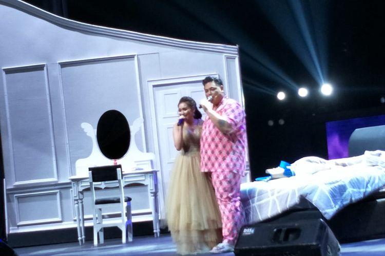Ivan Gunawan dan Ayu Ting Ting saat di atas panggung konser Ivan Gunawan Live On Stage Story Of My Life yang digelar di Ciputra Artpreneur Theater, Kuningan, Jakarta Selatan, Jumat (2/8/2019).