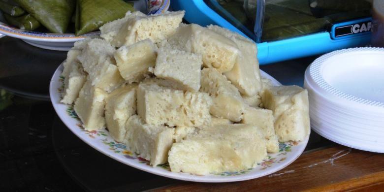Hidangan apem kinca, sangat nikmat jika diguyur menggunakan kuah durian bercampur ?kinca? atau gula merah.