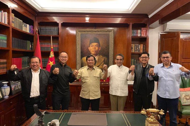Calon presiden nomor urut 02 Prabowo Subianto menggelar pertemuan dengan lima sekjen partai politik koalisi Indonesia Adil dan Makmur di kediaman pribadinya, Jalan Kertanegara, Jakarta Selatan, Jumat (19/4/2019) malam.