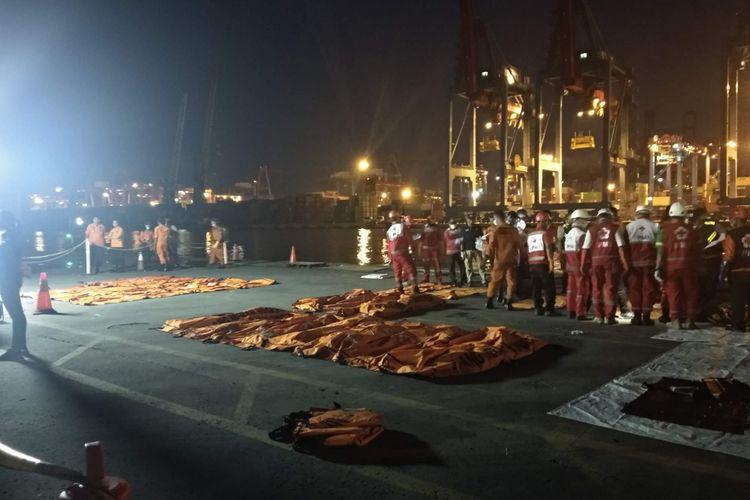Kantong jenazah berisi bagian tubuh korban pesawat Lion Air JT 610 yang jatuh, tiba di Pelabuhan JICT II Tanjung Priok, Minggu (4/11/2018).