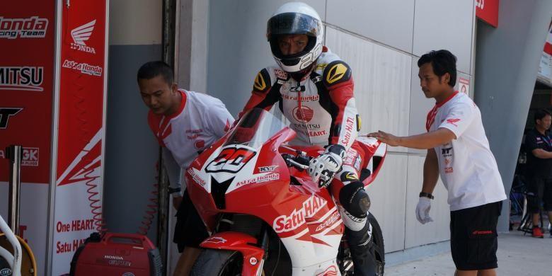 Pebalap Dimas Ekky Pratama saat akan memasuki lintasan di Asia Road Racing Championship 2015 di Sepang Malaysia