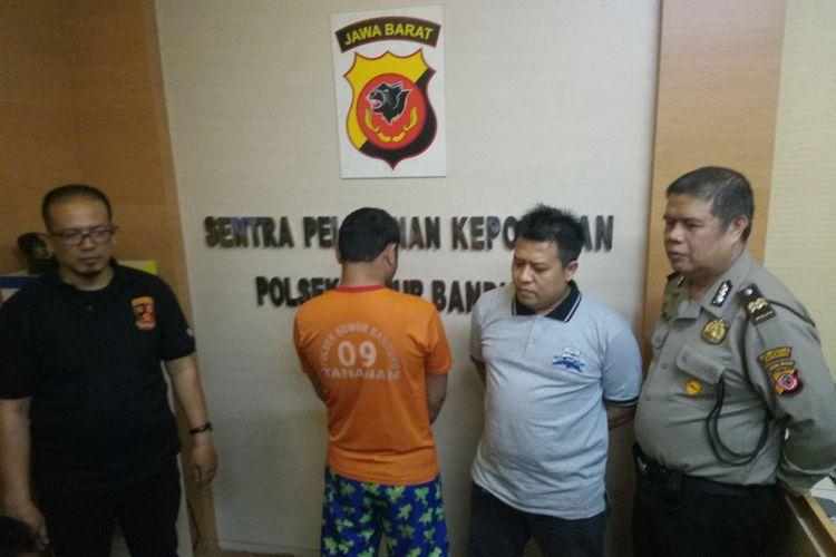 Pelaku RG, yang tusuk smkn di Bandung,  didatangkan dalam rilis pengungkapan di Mapolsek Sumur Bandung.