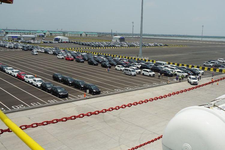 Proses pengiriman mobil baru dari Pelabuhan Patimban.