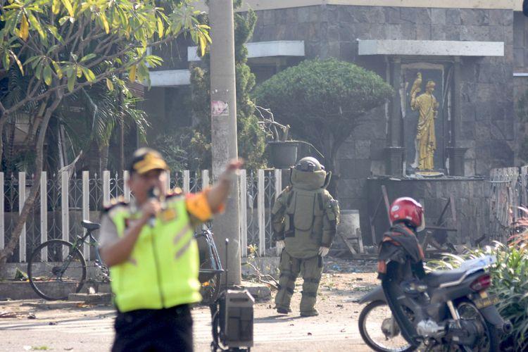 Seorang petugas Penjinak Bom (Jibom) melakukan identifikasi di lokasi ledakan yang terjadi di Gereja Katolik Santa Maria Tak Bercela, Ngagel Madya, Surabaya, Jawa Timur, Minggu (13/5/2018). Menurut Kabidhumas Polda Jawa Timur Kombes Pol Frans Barung Mangera terjadi ledakan di tiga lokasi gereja pada waktu yang hampir bersamaan di Surabaya. ANTARA FOTO/M Risyal Hidayat/kye/18