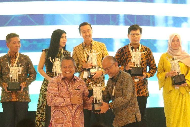 Presiden Direktur TMMIN Warih Andang Tjahjono menerima penghargaan BI
