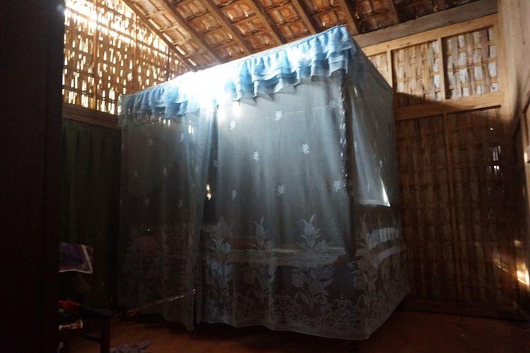 Tempat tidur di dalam rumah adat Using yang kuno dan menggunakan kelambu.