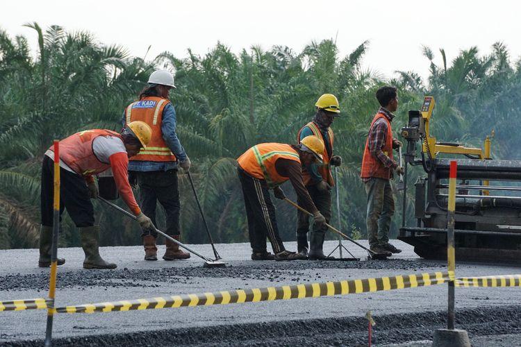 Proses pengaspalan di jalan tol Kapal Betung yang akan digunakan pada arus mudik nanti,Kamis (16/5/2019).