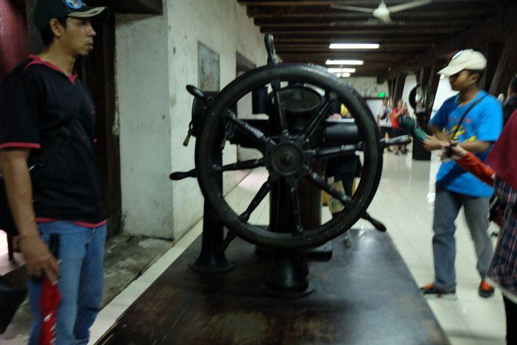 Wisatawan sedang melihat salah satu koleksi navigasi di Museum Bahari.