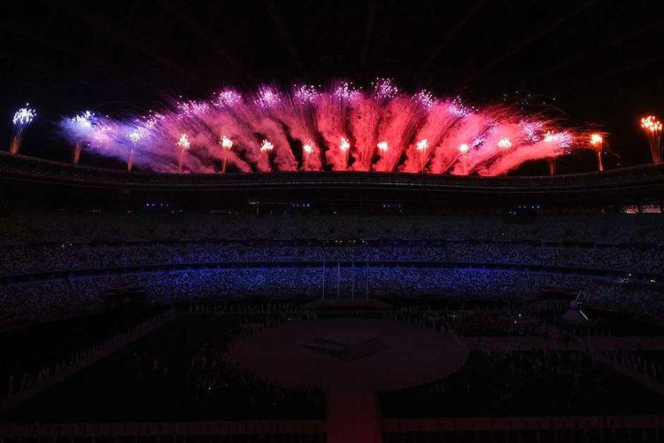 Parade kembang api menyemarakkan upacara penutupan Olimpiade Tokyo 2020 di Stadion Olimpiade Tokyo, Jepang, Minggu (8/8/2021). Pesta olahraga multicabang tingkat dunia ini resmi berakhir seusai upacara penutupan. Sebanyak 46 cabang olahraga dilombakan dalam gelaran olahraga terbesar se-jagat ini.