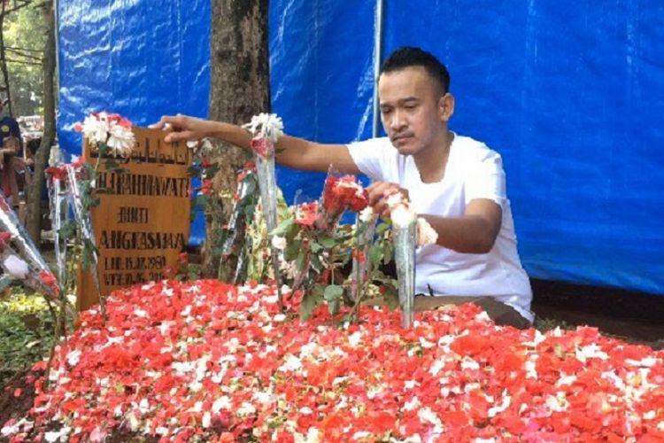Ruben Onsu mengunjungi makam sahabatnya, Julia Perez, di TPU Pondok Ranggon, Jakarta Timur, Senin (12/6/2017).
