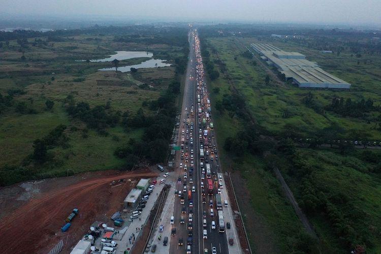 Sejumlah kendaraan antre memasuki Gerbang Tol Cikampek Utama, Cikampek, Jawa Barat, Kamis (30/5/2019). PT Jasa Marga memprediksi puncak arus mudik 2019 jatuh pada H-5 lebaran atau 31 Mei 2019 mendatang dengan jumlah kendaraan diperkirakan mencapai 90 ribu. ANTARA FOTO/Rivan Awal Lingga/aww.