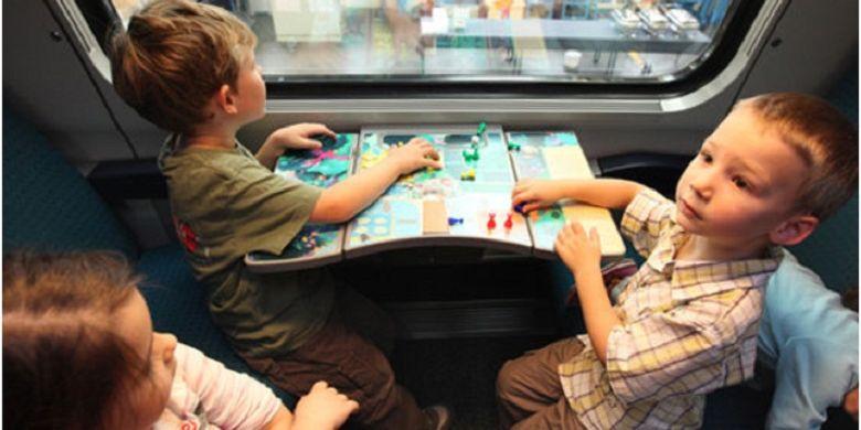 Di setiap bangku juga disediakan board game atau papan permainan yang dapat dimainkan bersama anggota keluarga lain.