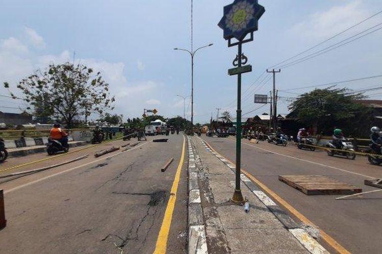 Jembatan Jalan Raya Pacing di Jalur Pantura, Kabupaten Bekasi, yang jadi akses utama ke Kabupaten Karawang, amblas akibat terendam banjir luapan Sungai Citarum. Situasi ini membuat akses lalu lintas terputus untuk dilalui kendaraan besar hingga Senin (22/2/2021).