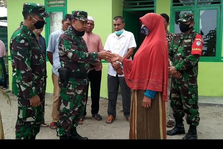 Komandan Kodim 0111/Bireuen, Letkol Inf Zainal Abidin Rambe menyerahkan kunci rumah tipe 36 untuk Nuraini, seorang warga kurang mampu di Bireuen, Selasa (2/2/2020).,