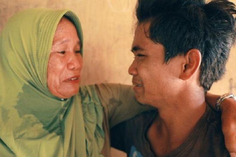 Hana Beddong (kiri) menangis setelah bertemu lagi dengan Iwan, anak kandungnya yang menjadi WNI tanpa identitas di Malaysia, setelah terpisah 15 tahun lamanya.