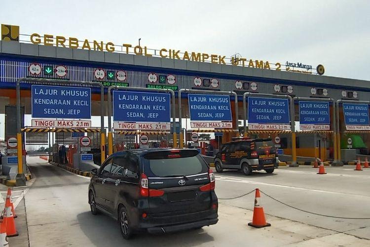 Kendaraan arus balik dari luar Jabodetabek menuju Jakarta masuk melalui Gerbang Tol Cikampek Utama 2, Jakarta, Kamis (28/5/2020)..