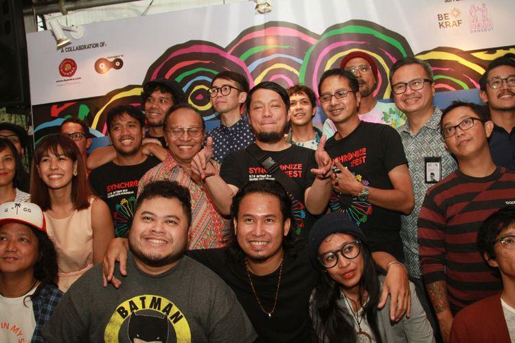 Para penyelenggara, pendukung, dan penampil dalam acara Synchronize Festival 2017 berpose di Beer Garden, SCBD Senayan, Jakarta Selatan, Rabu (20/9/2017).