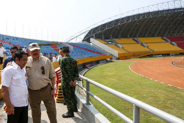 Gubernur Sumsel Alex Noerdin meninjau pengerusakan kursi di stadion Glora Jakabaring Palembang, Senin (23/7/2018)