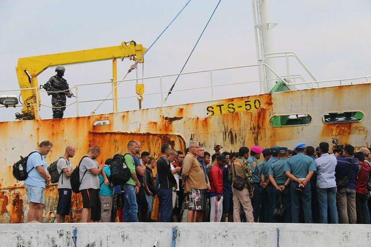 Sejumlah ABK dari kapal asing buronan Interpol berbendera Togo, Afrika, yang berhasil ditangkap TNI AL Lanal Sabang di perairan laut Aceh, ditunjukkan kepada wartawan, Sabtu (7/4/2018). Dalam kapal STS-50 Sea Breeze Andrey Dolgov STD No 2  itu TNI AL Lanal Sabang mengamankan 30 orang anak buah kapal (ABK) di antaranya 2 warga negara Australia, 8 warga Rusia dan 20 warga Indonesia.