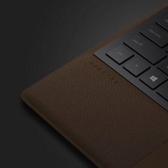Detil lapisan kulit di palmrest keyboard HP Spectre Folio.