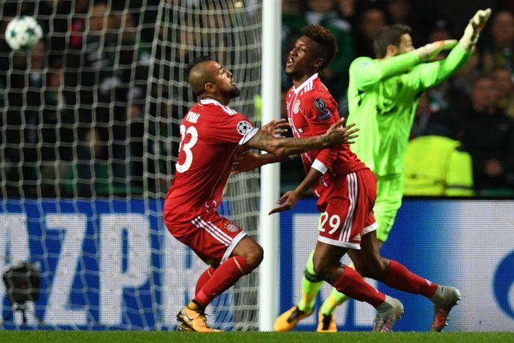 Kingsley Coman dan Arturo Vidal merayakan gol Bayern Muenchen ke gawang Celtic FC pada pertandingan Liga Champions di Celtic Park, Selasa (31/10/2017).