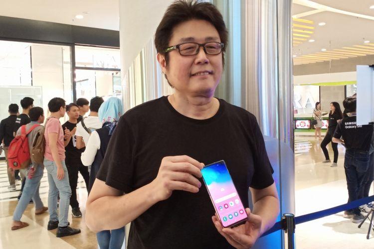 Tony Goh, pembeli pertama Samsung Galaxy S10 di sesi penjualan perdana di Jakarta, Jumat (8/3/2019).