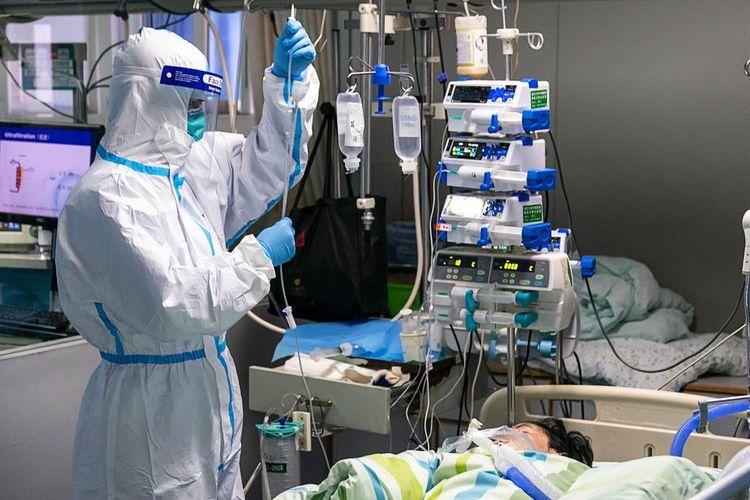 Gambar yang dirilis kantor berita Xinhua menunjukkan seorang pekerja medis mengecek infus pasien di Ruang Perawatan Intensif (ICU) Rumah Sakit Zhongnan di Universitas Wuhan, pada 24 Januari 2020. Virus corona yang merebak sejak akhir 2019 dilaporkan telah membunuh 213 orang, dengan hampir 10.000 orang terinfeksi.