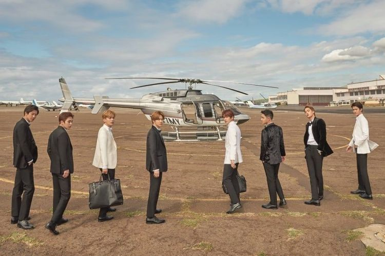 Delapan member boyband EXO dalam foto teaser PRESENT; gift.