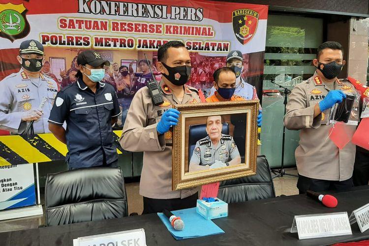 Kapolres Metro Jakarta Selatan, Kombes Pol Azis Andriansyah dan Kapolsek Jagakarsa, Kompol Eko Mulyadi merilis kasus polisi gadungan di Mapolres Metro Jakarta Selatan pada Selasa (2/2/2021) sore.