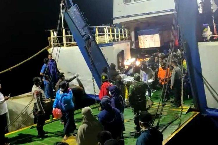 Penumpang KMP Bontoharu tiba di Pelabuhan Pamatata Selayar, Sabtu (3/4/2021) sekitar pukul 00.20 Wita.