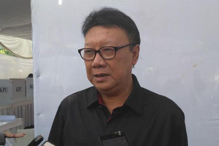 Menteri Dalam Negeri Tjahjo Kumolo usai memberikan hak suaranya di TPS 01, Senayan, Jakarta Selatan, Rabu (15/2/2017)