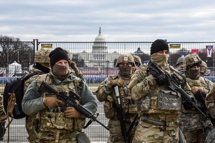 Anggota Garda Nasional berpatroli di depan National Mall pada 19 Januari 2021 di Washington DC. Keamanna diperketat jelang hari pelantikan Joe Biden, di tengah ancaman keamanan menyusul kerusuhan di Gedung Capitol pada 6 Januari.